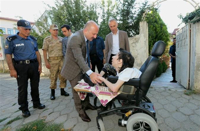 Vali  Varol'dan Engelli Murat Saraç'a Yaş Günü Sürprizi