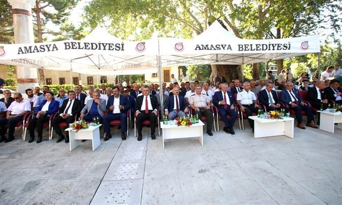 Amasya'da Geleneksel Bayramlaşma Töreni Sultan II. Bayezid Camisi Önünde Gerçekleştirildi
