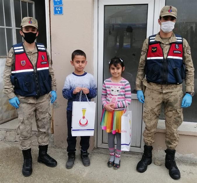 Amasya İl Jandarma Komutanlığı'ndan Çocuklara 23 Nisan Sürprizi