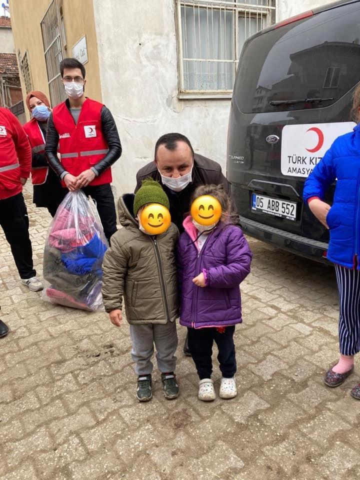 Çocuklara Kışlık Kaban Hediye Ettiler