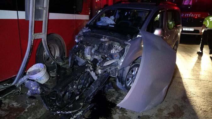 Özel halk otobüsü önce araçla çarpıştı sonra markete girdi: 8 Yaralı