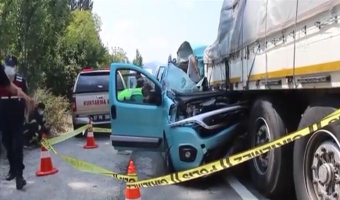Tırın dorsesine çarpan hafif ticari aracın sürücüsü öldü