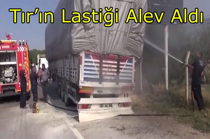 Seyir Halindeki Saman Yüklü Tır'ın Lastiği Alev Aldı!..