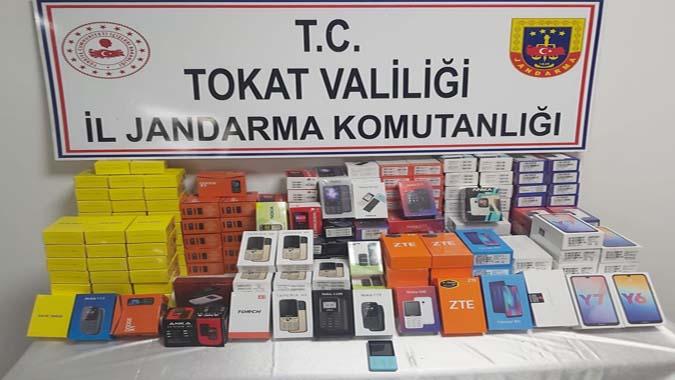 Kaçak çeşitli marka ve modellerde cep telefonu ele geçirildi.