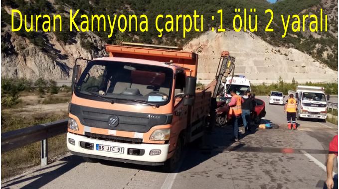 Duran kamyona çarpan otomobilde:1 ölü 2 yaralı