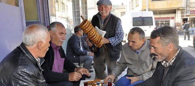 71 yaşında her gün kilometrelerce gezerek simit satıyor..