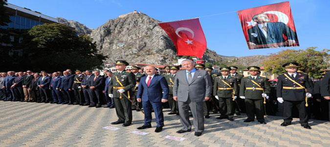 Amasya'da 29 Ekim Cumhuriyet Bayramı Kutlamaları, Atatürk Anıtına Çelenklerin Sunulmasıyla Başladı