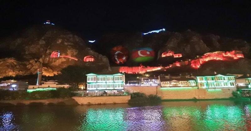 Azerbaycan'a Destek için Kırmızı, Yeşil ve Mavi Renklere Süslendi