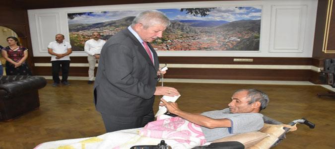 Bedensel Engelli Sıvacı'dan Başkan Sarı'ya Anlamlı Hediye
