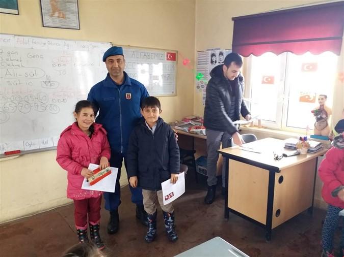 Jandarma Ekipleri Öğrencilerin Karne Heyecanına Ortak Oldu
