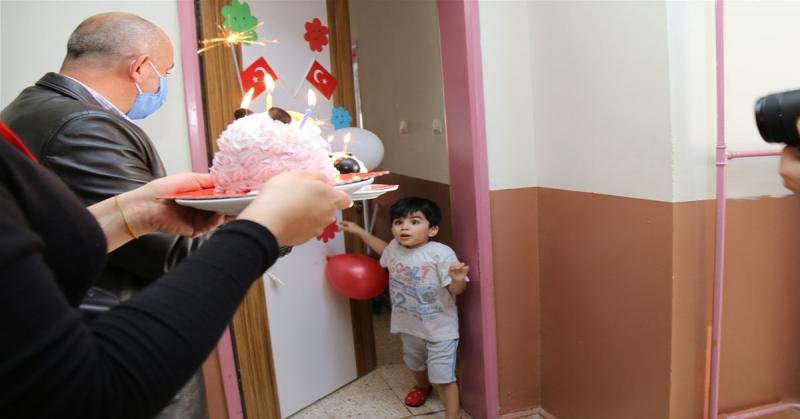 Karantinadaki Çocuklara Pastalı Oyuncaklı Sürpriz