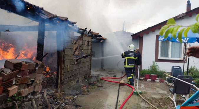 Kömürlükte başlayan yangın bitişikteki evlere sıçramadan müdahale edildi