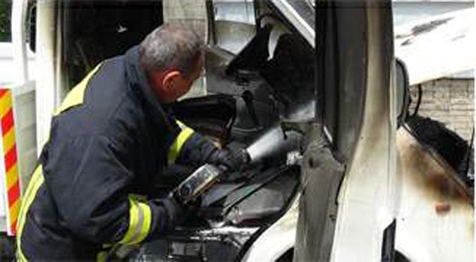 Kontağı kapatılırken alev alan kamyonet yandı