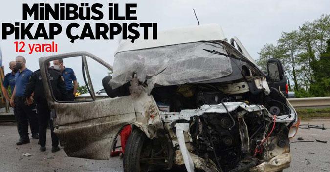 Minibüs ile pikap çarpıştı: 12 yaralı