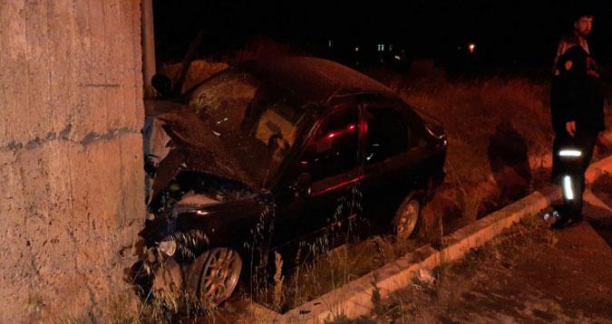 Otomobil duvara çarptı: 3 yaralı