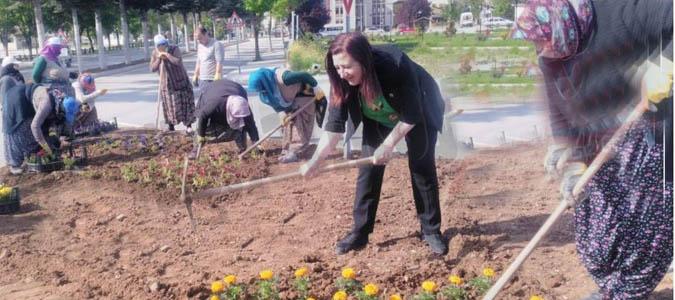 ÖZYOL; İşçilerle Birlikte Çapa Yapıp Çiçek Dikti
