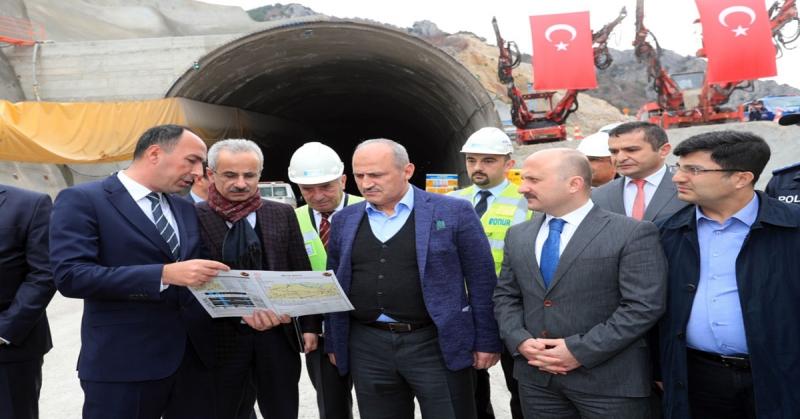 Ulaştırma ve Altyapı Bakanı Turhan,Badal Tüneli'nde İncelemede Bulundu