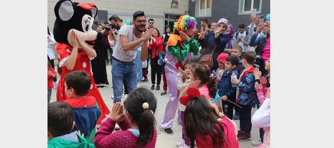 Üniversiteli Gençlerden Rengarenk Çocuk Şenliği