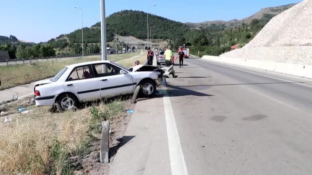 Yol kenarındaki bariyere saplanan otomobilin sürücüsü öldü