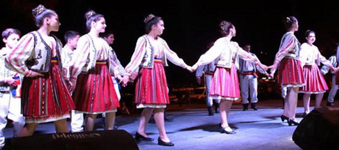 Halk dansları gruplarından muhteşem gösteri